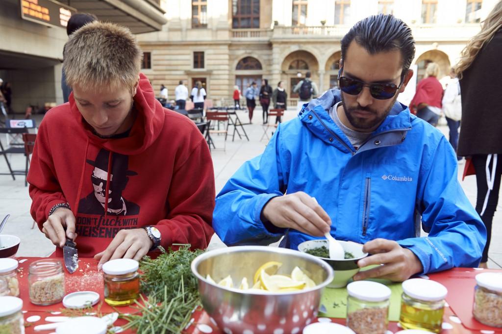 Fotky: Jak si lidé pochutnali na polévce z křivé zeleniny