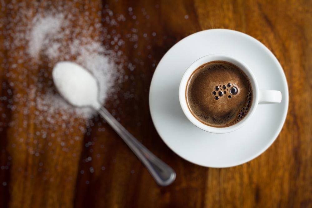 Cukr ke kávě uletí až 10 000 mil