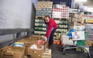 Takto se hromadily během listopadové potravinové sbírky plné krabice například v Tescu v Novém Smíchově. Foto: Filip Singer, Bps