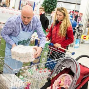 Po celé republice pomáhaly nakupujícím stovky dobrovolníků. Foto: Filip Singer, Bps